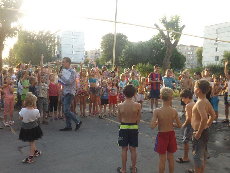 Перед домом культуры «Строитель» состоялось «Водное ШОУ»