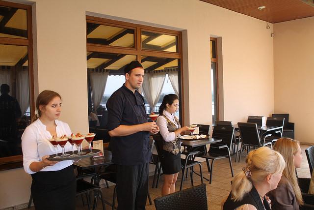 Сызранцы удивили музыкальных гостей из Франции десертом с помидорным вареньем