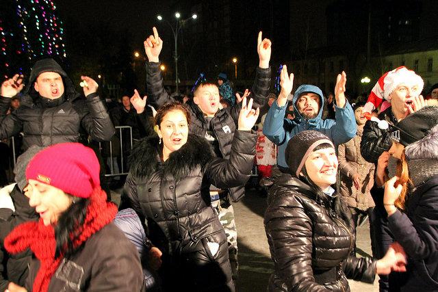Ночные пляски горожан: фоторепортаж у Новогодней ёлки в центре Сызрани