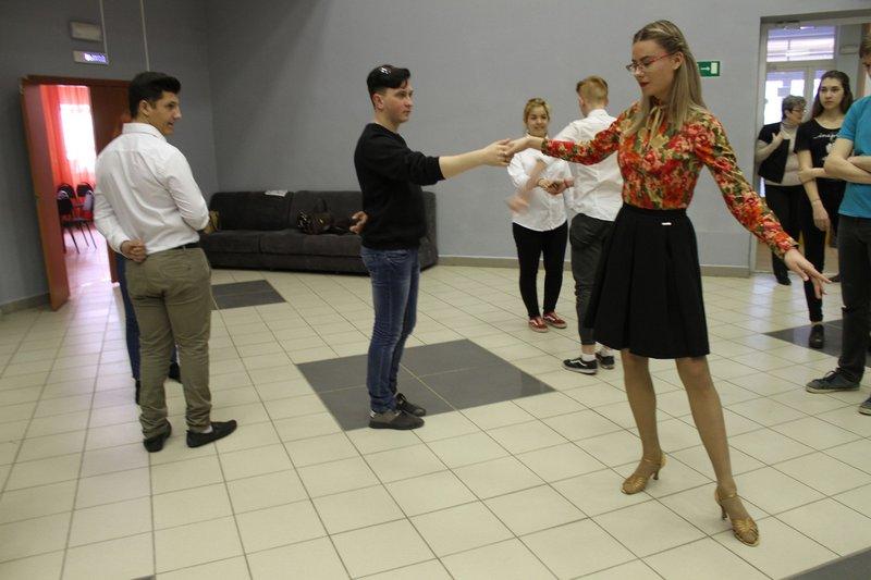 Мастер-классы для молодежи по бальным танцам пройдут в микрорайонах Сызрани