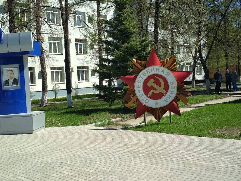 Установленные у «Тяжмаша» гигантские ордена стали новым арт-объектом для жителей района